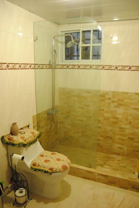 Guest bathroom/Baño de huespedes