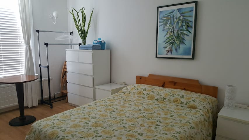 3 min to metro 20 to city centre - London - House