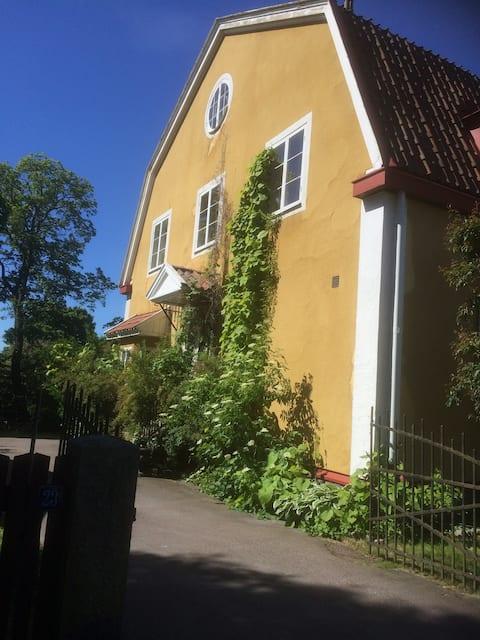 Suuri huoneisto Jugendvillassa Falunin keskustassa.