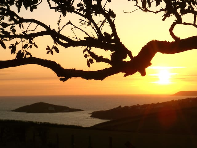 BANTHAM SUNSET LODGE WITH STUNNING SEA VIEWS.