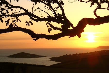 BANTHAM SUNSET LODGE WITH STUNNING SEA VIEWS. - Bantham - 自然小屋
