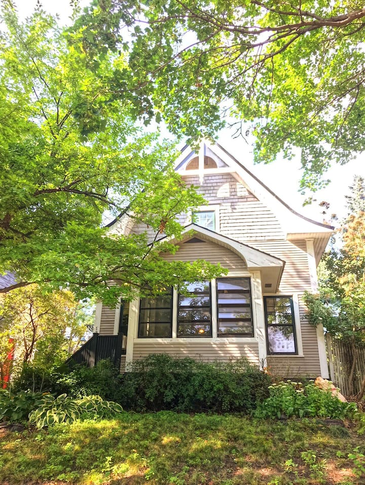 The Twin Cities Cottage, quiet, charming, central