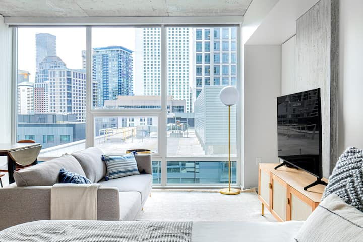 South Lake Union Studio w/ Rooftop Pool & Gym, by Blueground
