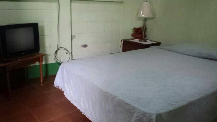 Nice clean and huge bedroom - Costado Norte Parque San Jeronimo - Andre