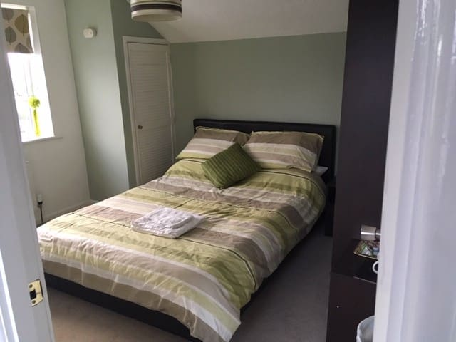 Double bedroom with lovely views near hospital