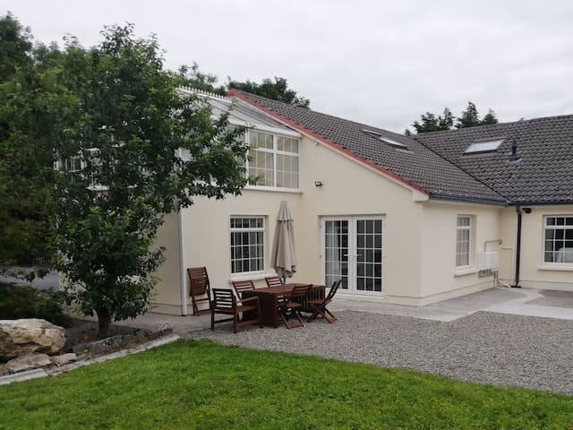 Spacious S/C lodge, large garden near Lough Corrib