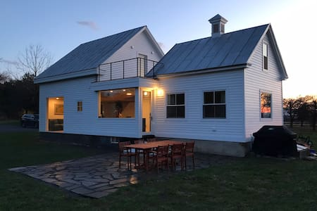 Hudson Ice House - relaxing retreat on 25 acres!