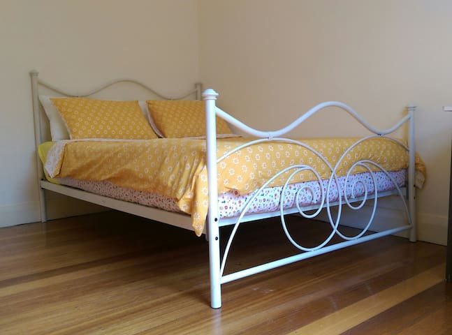 Private bedroom in Big old home! - Coburg