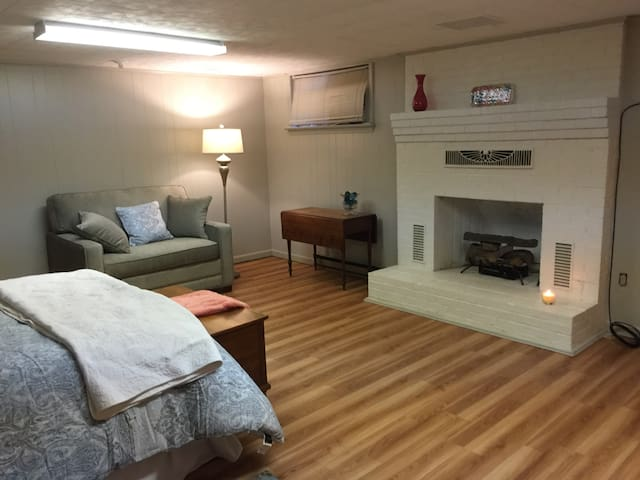 Cozy, clean, Close to amenities, yet private - Roanoke