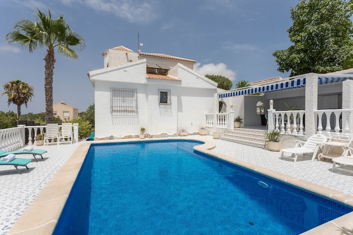 Villa med egen pool i genuin spansk stil