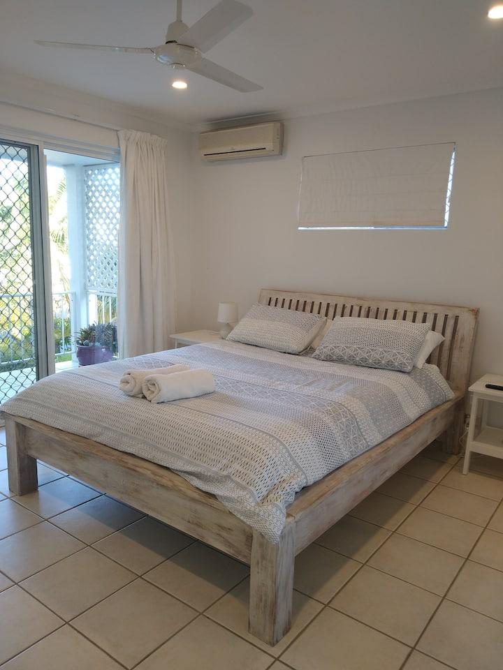 Quiet convenient Sunrise beach apartment