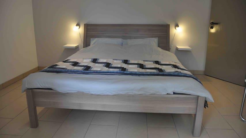 Schlafzimmer mit Zugang zu der Terrasse