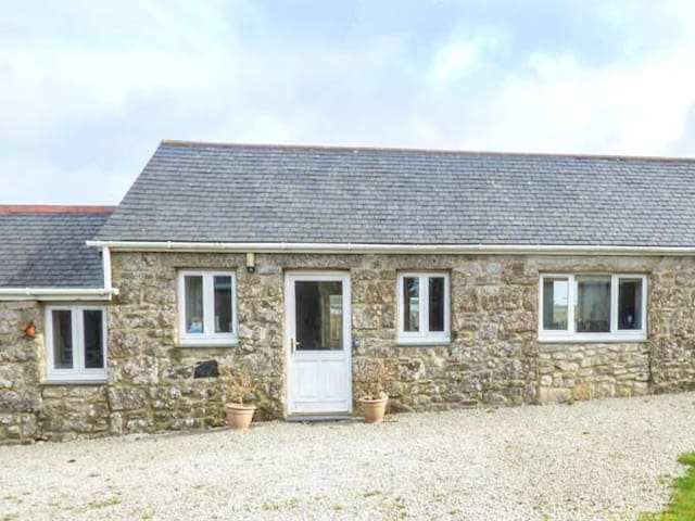 CHY GEVER, romantic, character holiday cottage in St Just, Ref 950697