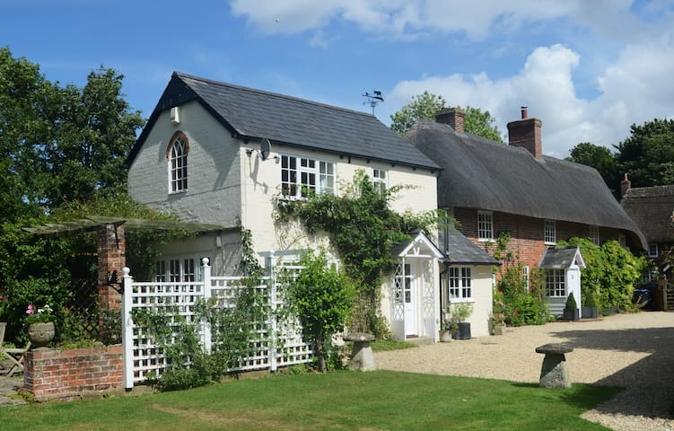 The Old Bakery cottage close to Stonehenge - Enford - Bed & Breakfast