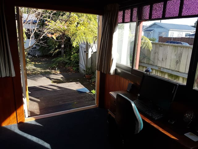 Sunroom for 1 near town and McLean Park