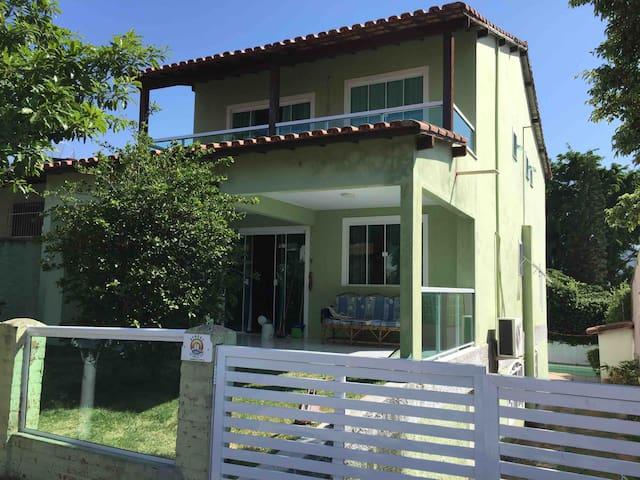 Casa em condomínio, confortável e boa localização