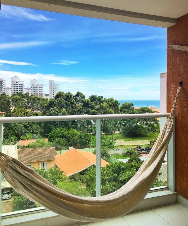 Relax e aproveite a vista na Praia Brava!