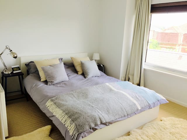 Comfortable room  in Central Totnes with parking.