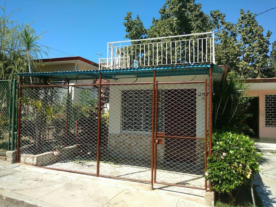 Frente de la casa. Main entrance of the rental house
