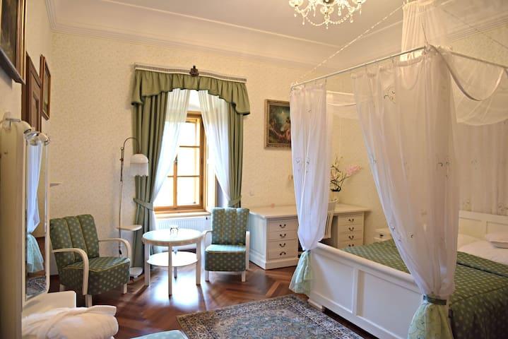 2 great rooms w/whirpool,breakfast,pool,saunas