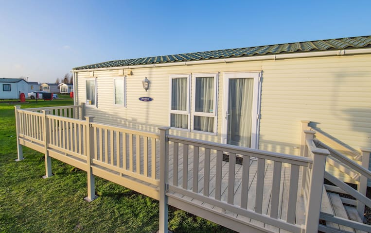 WW153 - Camber Sands - Sleeps 6 - 2 full bathrooms + Decking - Near to Playpark