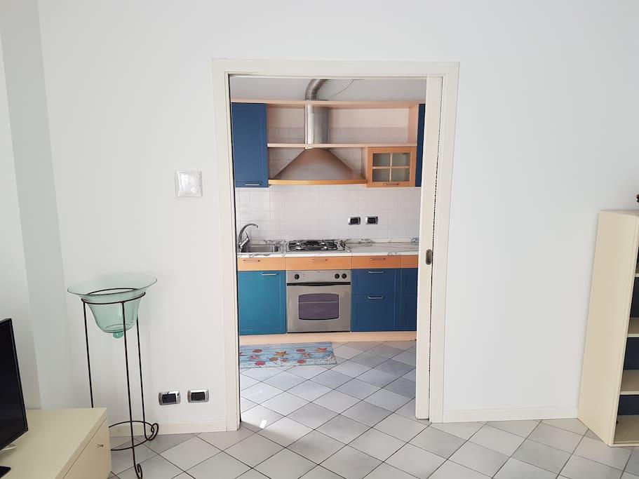 accesso alla cucina dal soggiorno con porta scorrevole