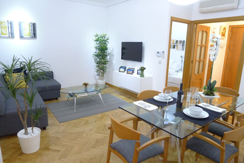 "Living and Dining Room with cozy/modern design in apartment next to Retiro park in Goya, ""Barrio de Salamanca"", best neighborhood  in the middle of Madrid – Salón-Comedor con diseño moderno en apartamento a al lado del Parque del Retiro en Goya, Madrid centro."