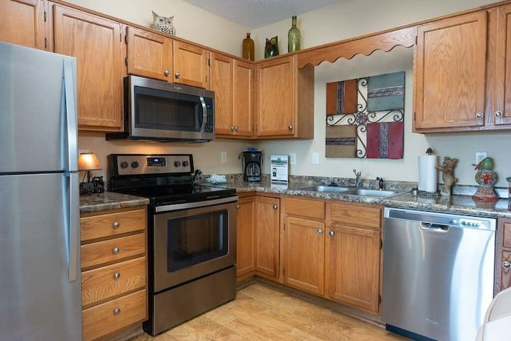Pools OPEN, 1 BR, City View, Sleeps 4- Extra Clean