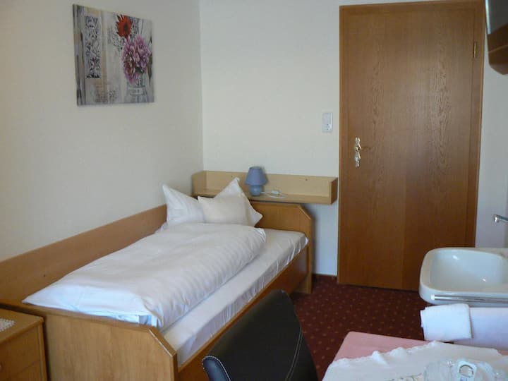 Haus Evelyn / Haus Heidemarie (Bad Füssing), Einzelzimmer F mit WLAN und Etagenbad
