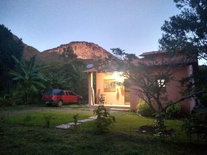 Casa charmosa,com linda vista, próxima à cachoeira