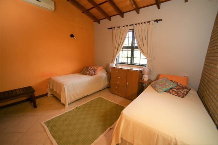 Acogedor dormitorio doble en residencia familiar.