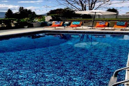Penticton Grape Escape Pool  hot tub view, 7 beds