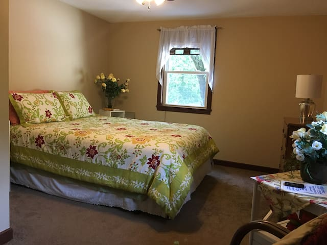 NICE ROOM, COMFORTABLE QUEEN BED, QUIET STREET. - Northbridge