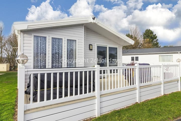 Spacious 8 berth luxury lodge for hire at Broadland sands in Suffolk ref 20033CV