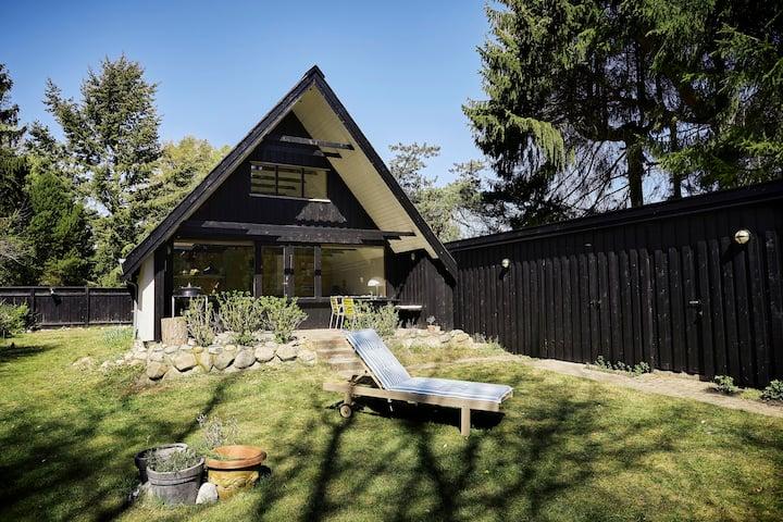 Hyggeligste hus på skøn og stor lukket grund