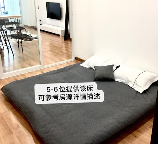 卧室三   1.8×2m地板床垫5-6位住客提供,从电梯进入房源,推开门先经过这个房间