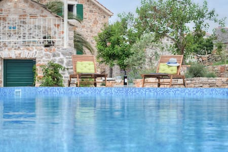 Dalmatian Villa with pool+JEEP incl - Huvila