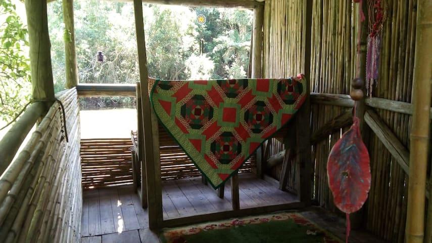 Bangalô com vista para o lago e para a mata exuberante! Ideal para meditação contemplativa.