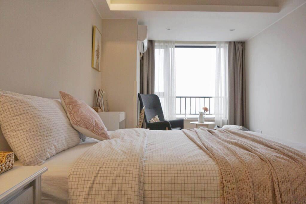配备1.8M的大床以及五星酒店品质的床垫以及床品