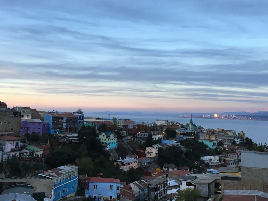 Preciosa vista desde la terraza privada del departamento al Cerro Alegre y Cerro Concepción, desde la Bahía de Valparaíso hasta Reñaca y ConCon.