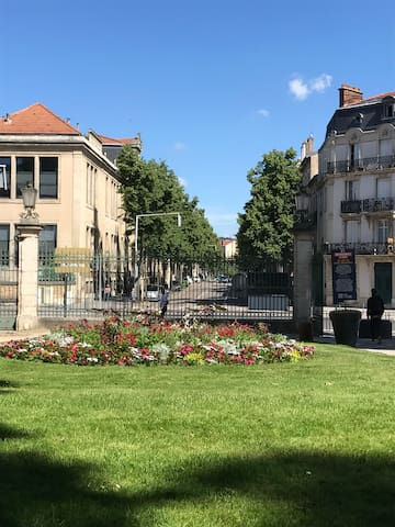 Vue de l entrée de la Pépinière vers la rue qui mène à l appartement