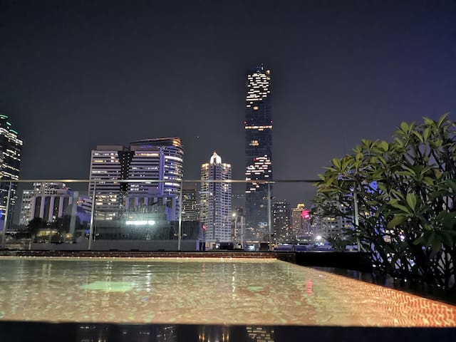 MRT与BTS交汇,高级公寓,真正市中心Silom.正对King Power像素大楼,坐拥一切!