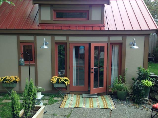 Backyard English Cottage near UW