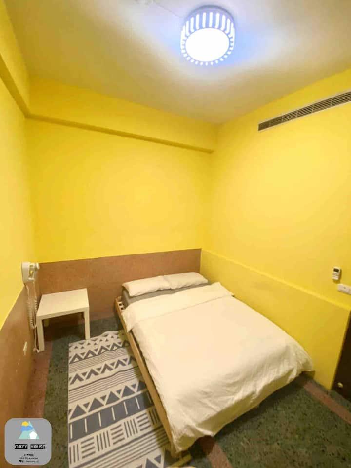 舒適小屋位於嘉義市中心,離火車站步行5分鐘,近文化路夜市,背包客,旅行者最佳首選