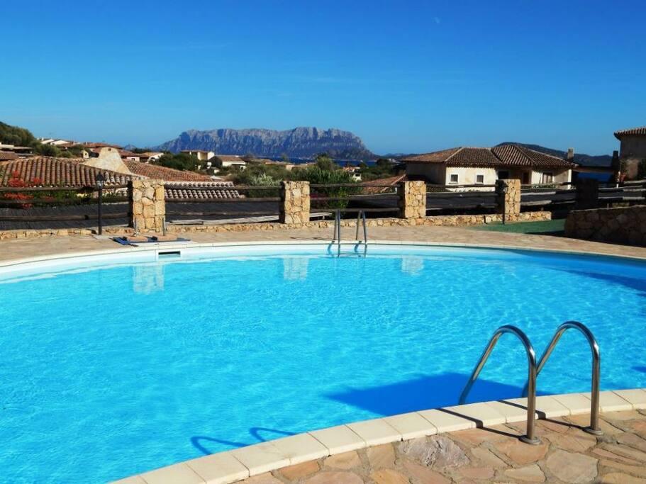 la piscina del complesso immobiliare