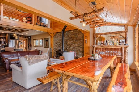 Luxury Cabin with Views, Wood Stove, Fire Pit, Upscale Kitchen, Close to Skiing