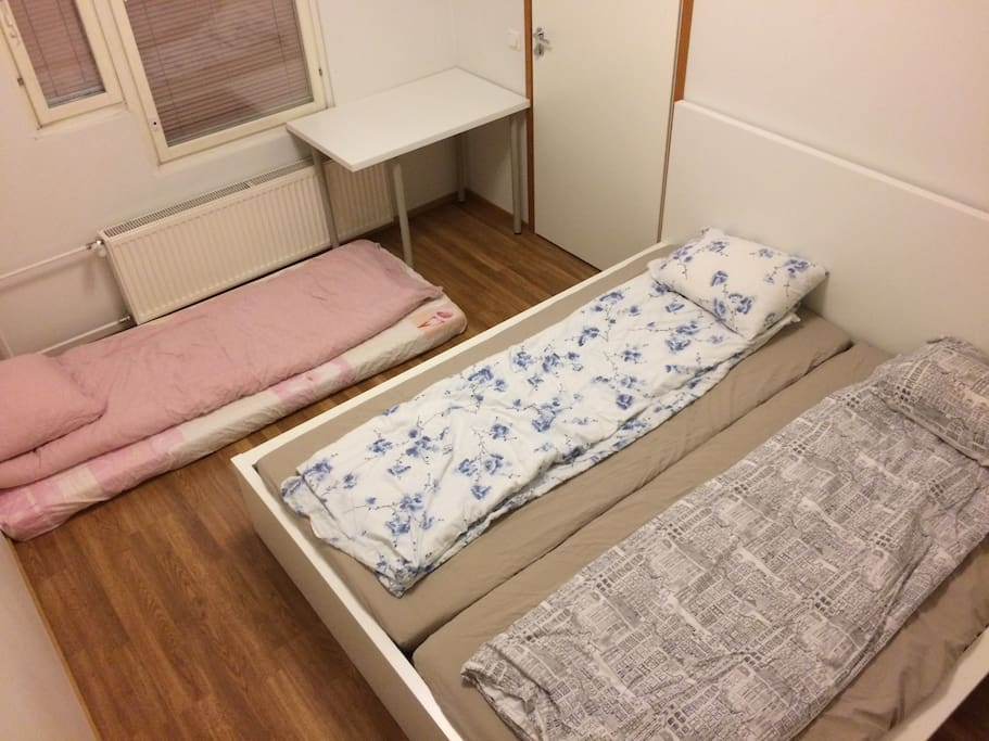 The room, when accommodating 3 guests: an extra mattrass on floor.