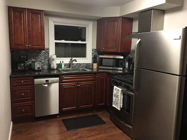Newly remodeled apartment in town! - East Aurora - Apartment