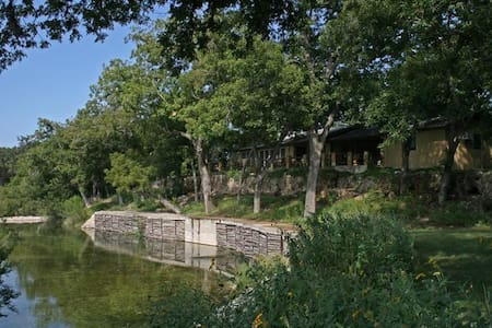 Bader Ranch Lodge overlooking the Frio River - Leakey