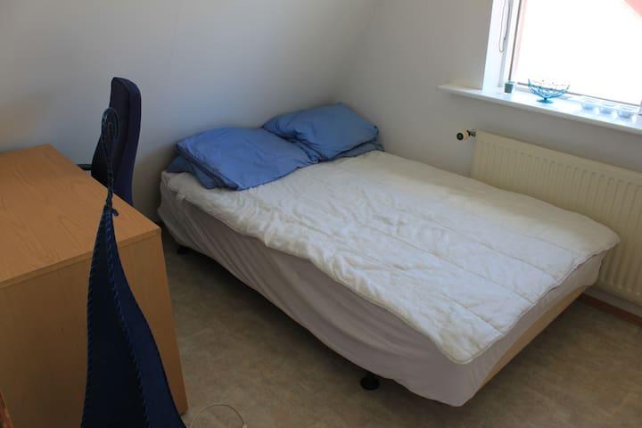 cozy room near big swimming pool :) - Reykjavík - Apartment